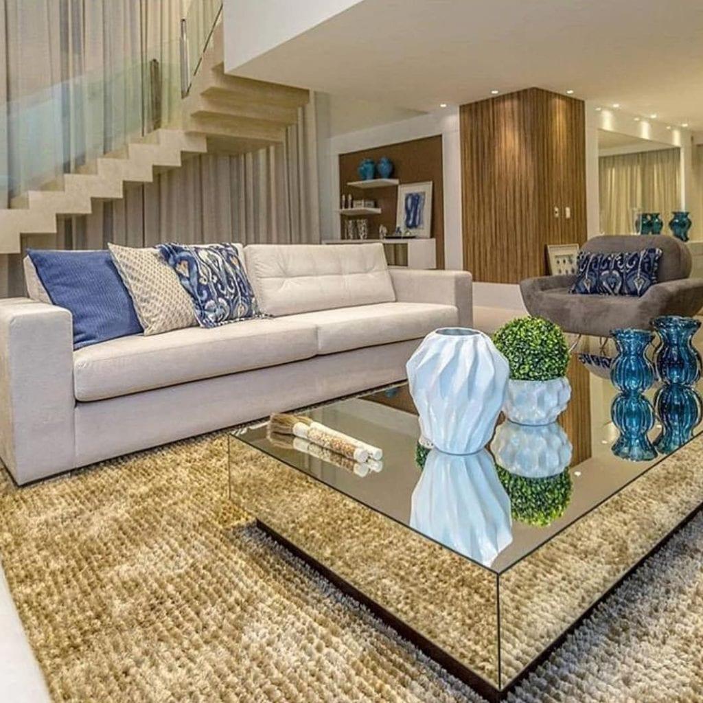 sala de estar luxuosa com mesa de centro espelhada