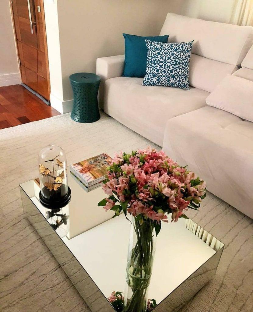 mesa de centro espelha pequena retangular com decoração de flores