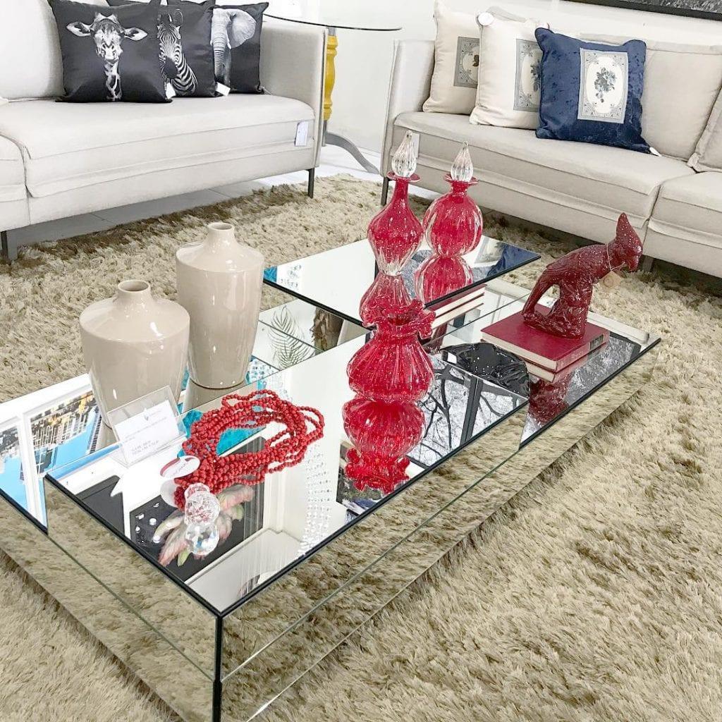 mesa de centro espelhada bisotada em várias alturas com decoração