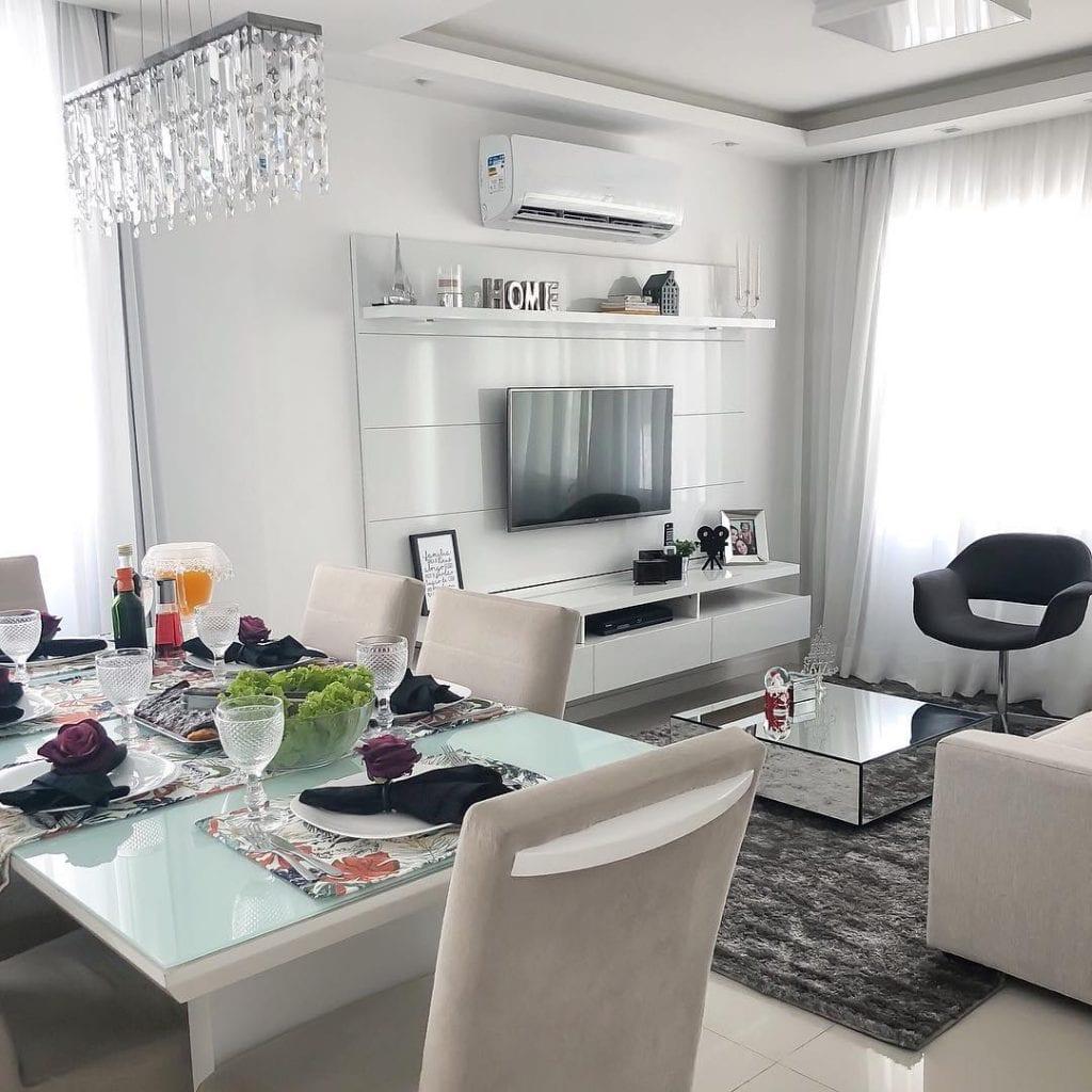 sala pequena com mesa de centro espelhada quadrada