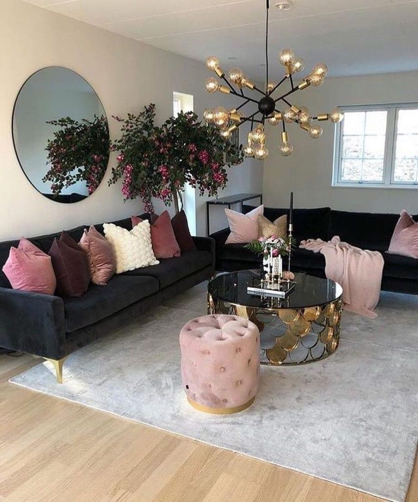 sala com decoração rosa e moderna com mesa de centro espelhada redonda