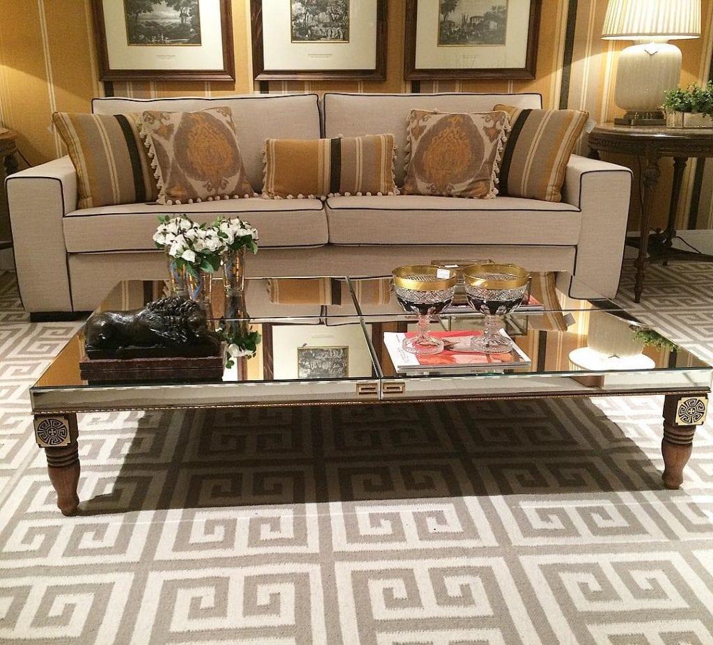 sala de estar classica com mesa de centro espelhada em modelo classico e luxuoso