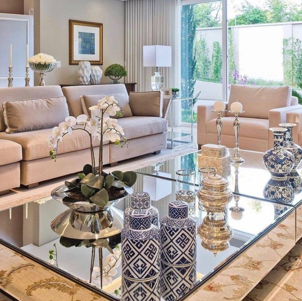 sala clássica e luxuosa com dupla de mesa de centro espelhada