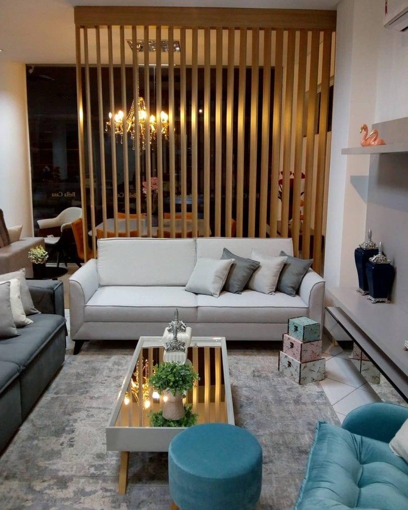 sala de estar pequena e moderna com mesa de centro retangular e espelho em cima