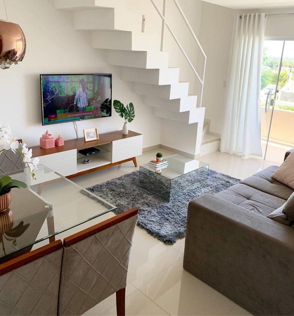 sala com escada e mesa de centro espelhada pequena