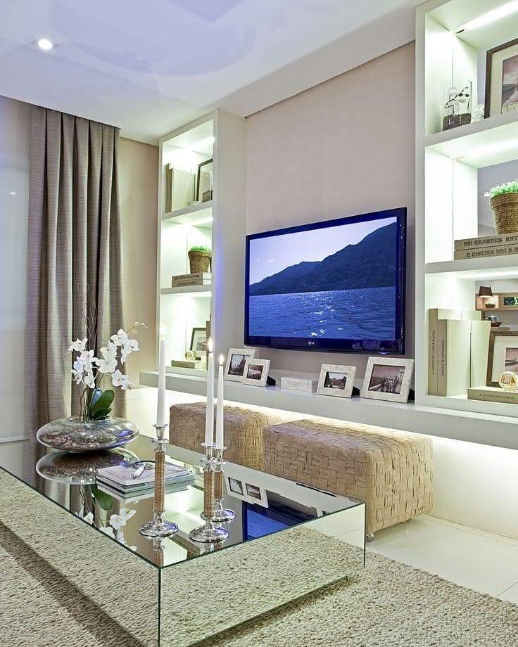 sala moderna com mesa de centro espelhada retangular
