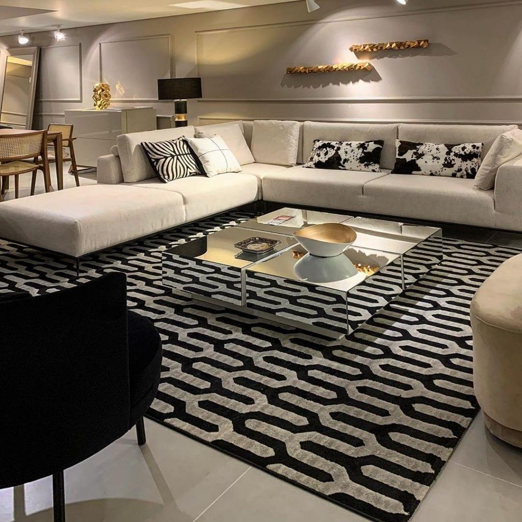sala de estar luxuosa e moderna com mesa de centro espelhada