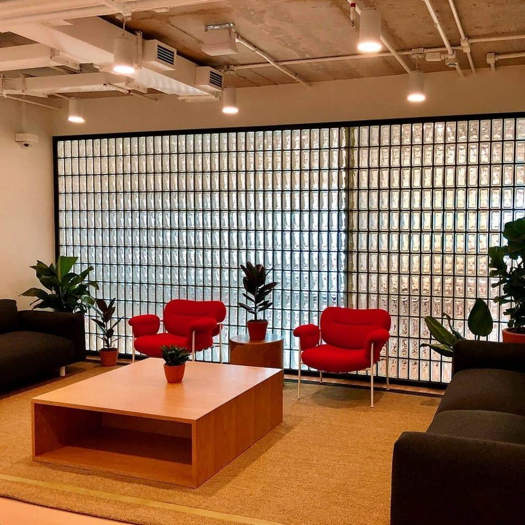 parede inteira com tijolo de vidro transparente em ambiente moderno