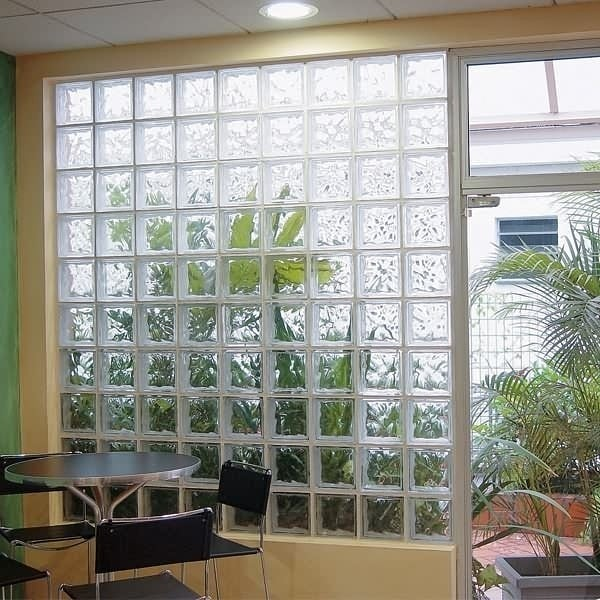 parede inteira com tijolo de vidro transparente