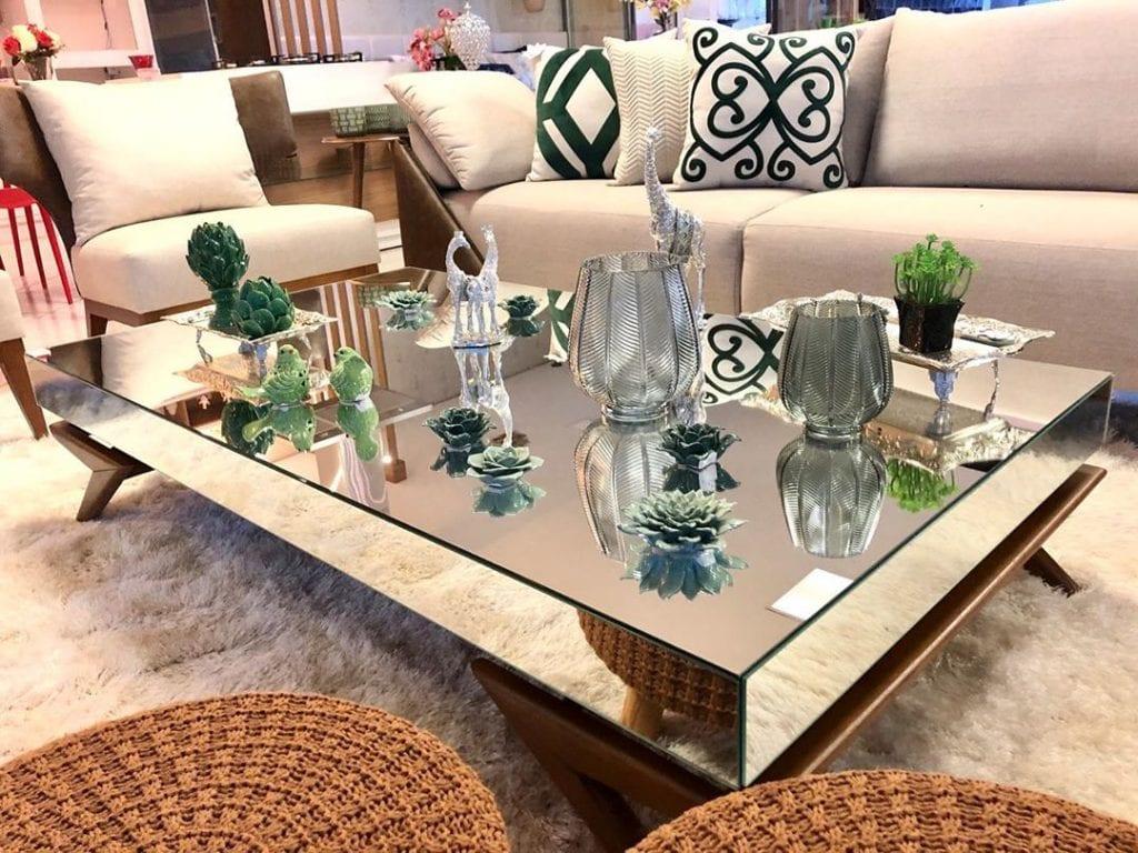 mesa de centro espelhada com decorações