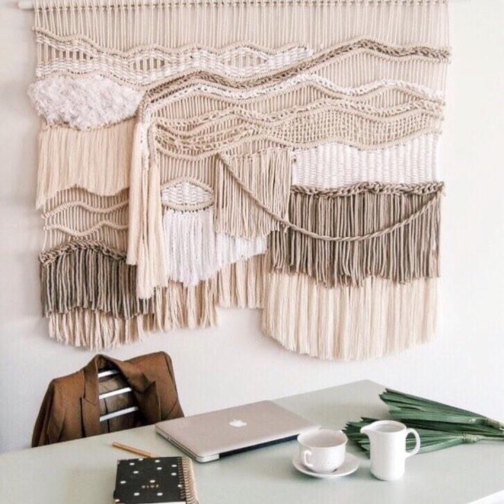 grande tapeçaria artesanal na decoração de parede de escritorio