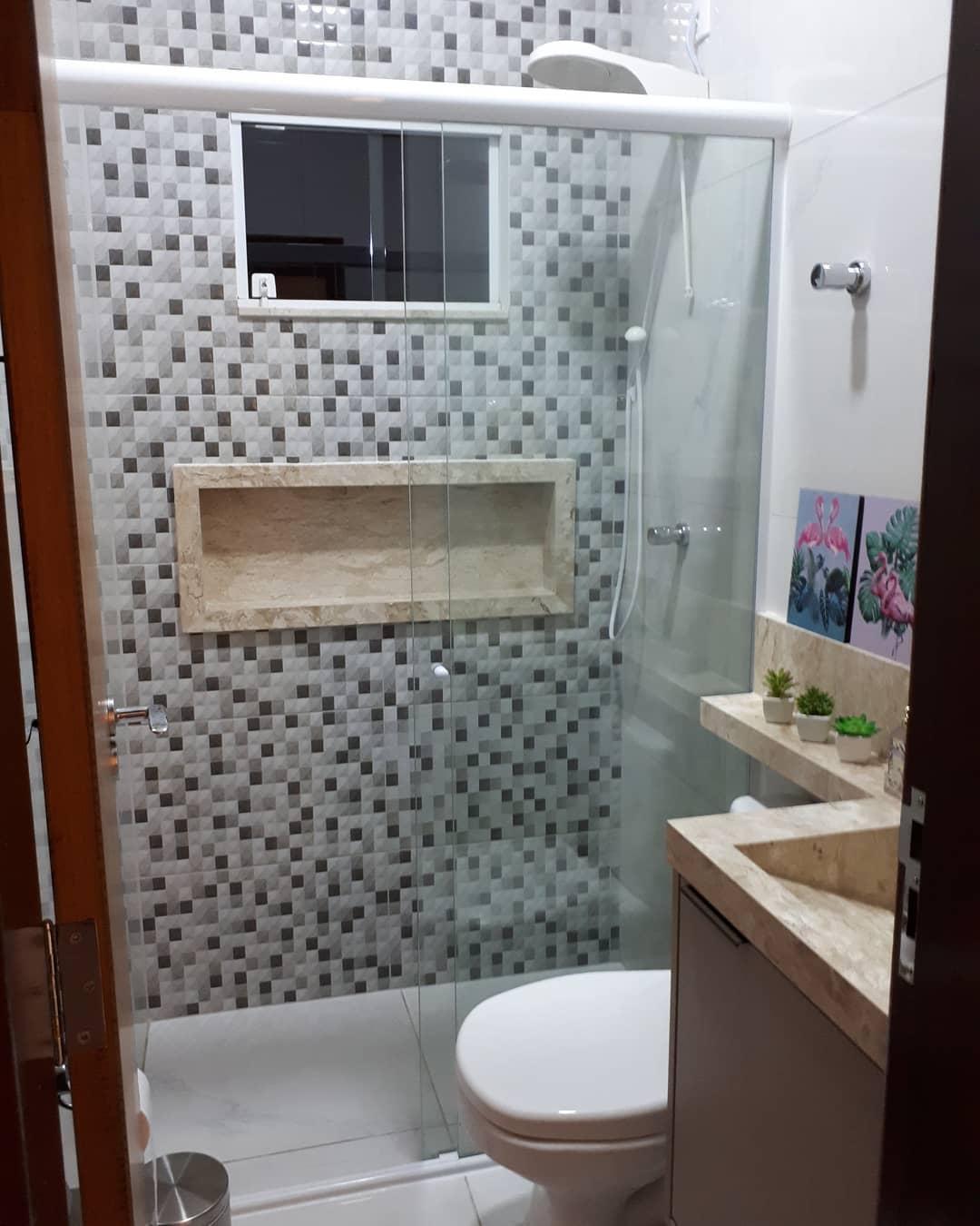 banheiro com pastilha e marmore travertino no nicho e bancada
