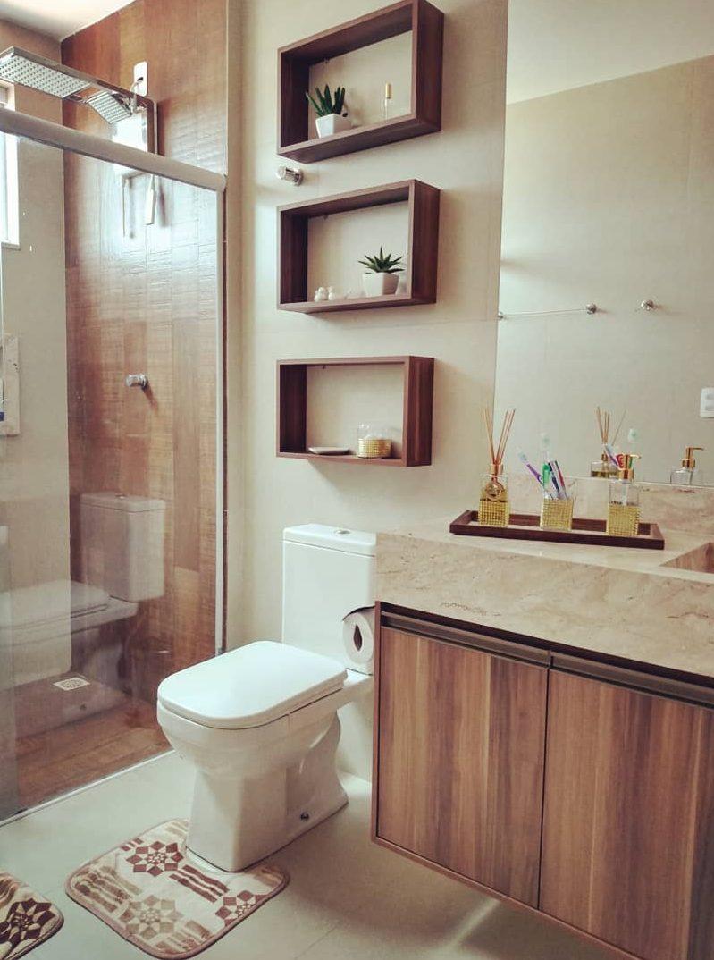 banheiro com bancada em marmore travertino e madeira