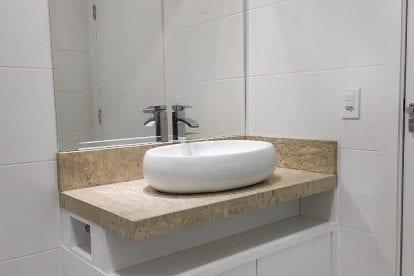 banheiro todo branco com bancada em marmore e cuba sobreposta