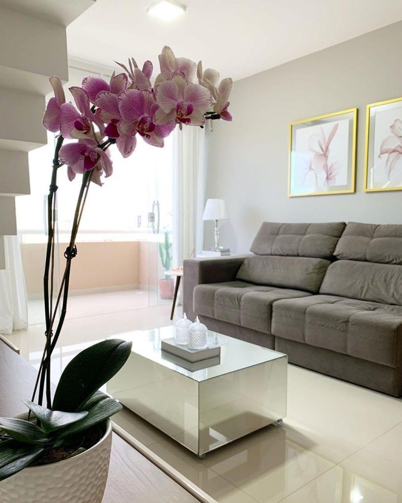 sala de estar simples com mesa de centro espelhada pequena