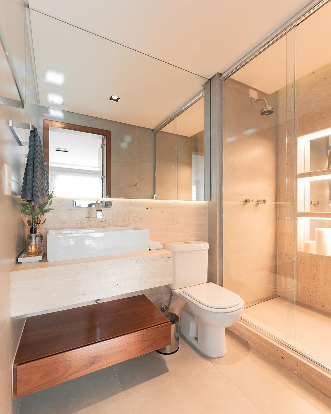 banheiro revestido com marmore travertino