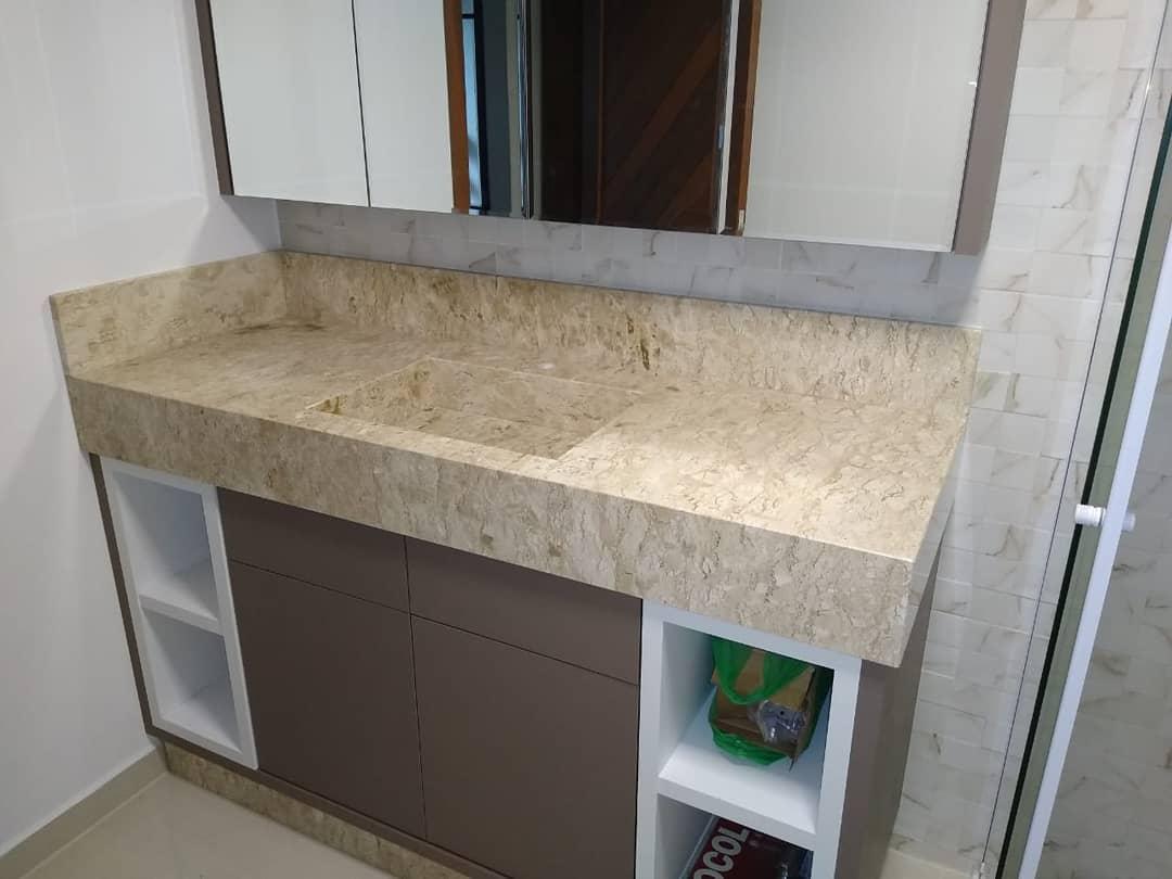 banheiro com bancada em marmore travertino