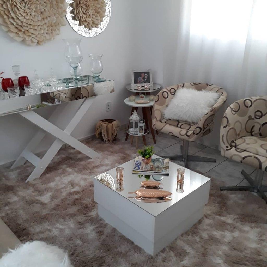 sala de estar simples com mesa de centro com parte de cima espelhada