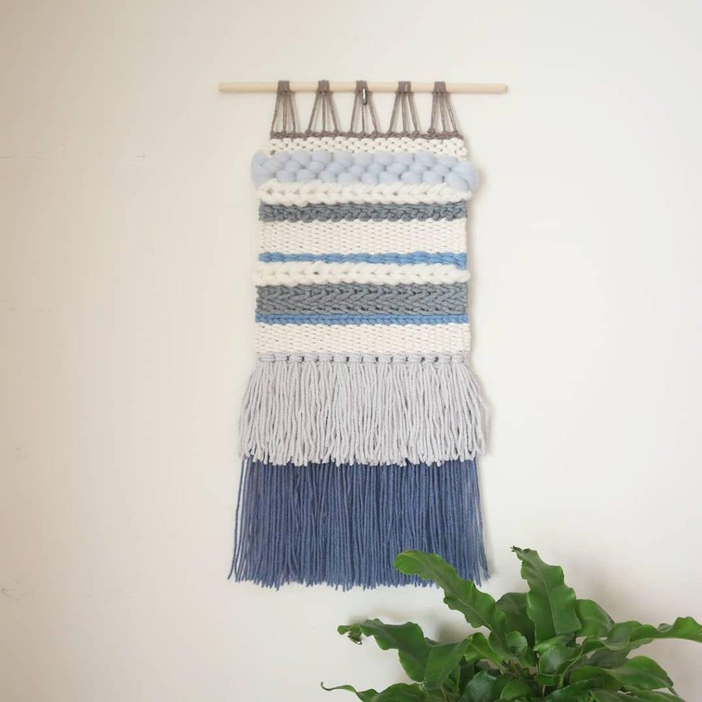 tapeçaria moderna em tons de azul claro e branco