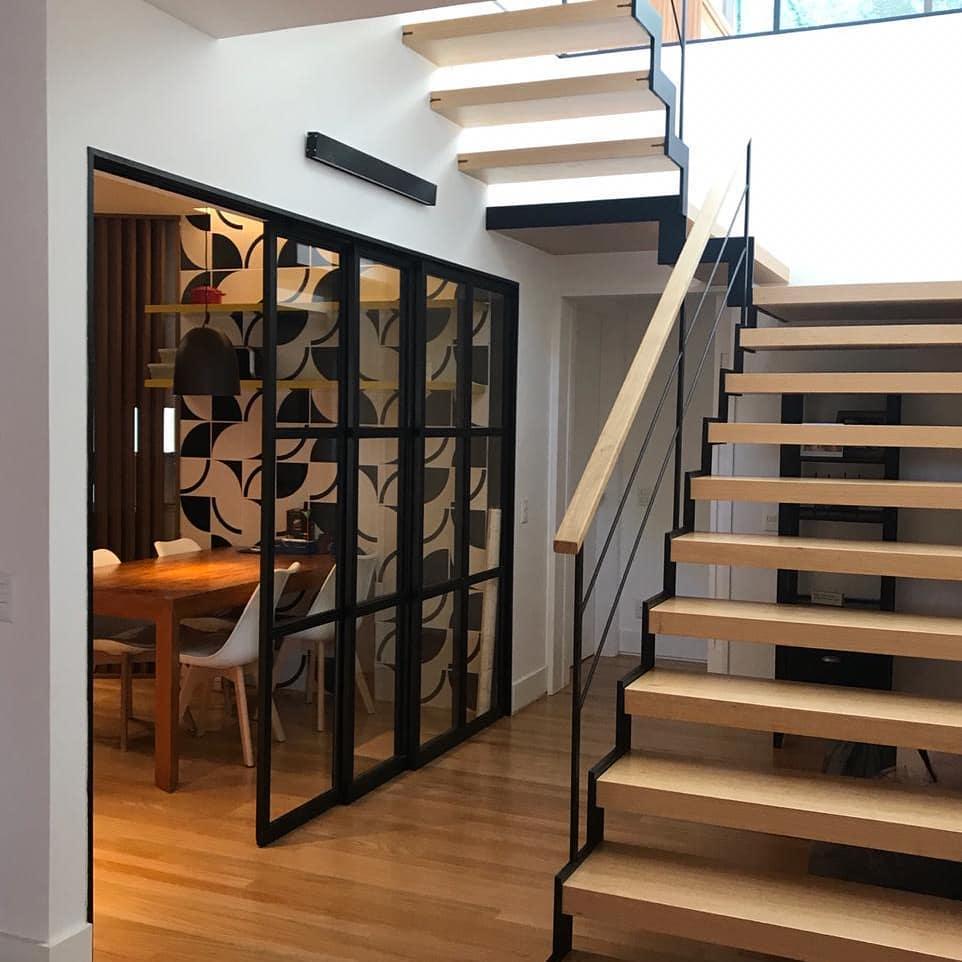 escada de madeira moderna vazada estilo industrial