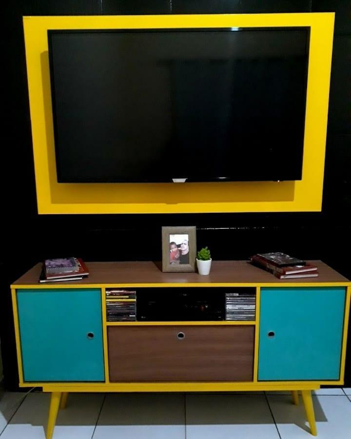 rack retro amarelo e azul com painel para TV