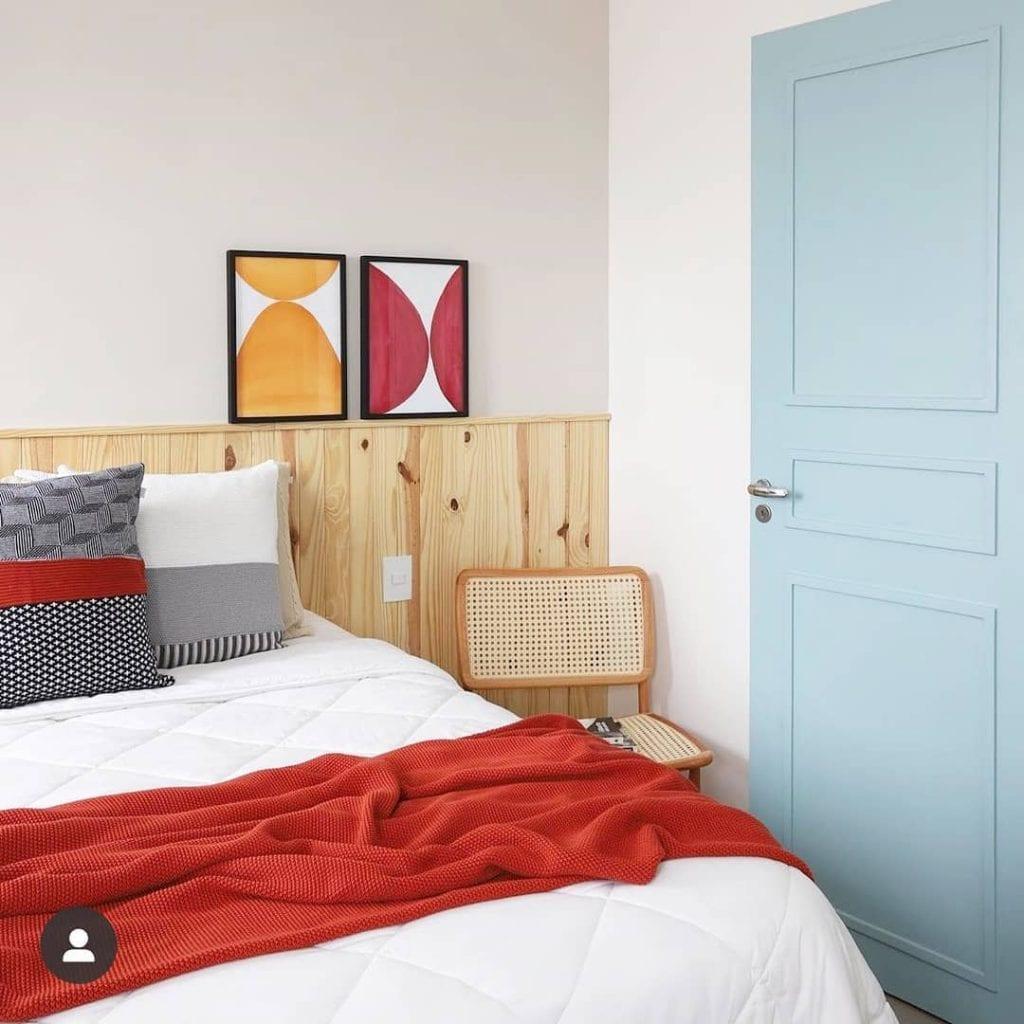 cabeceira de madeira clara em quarto despojado