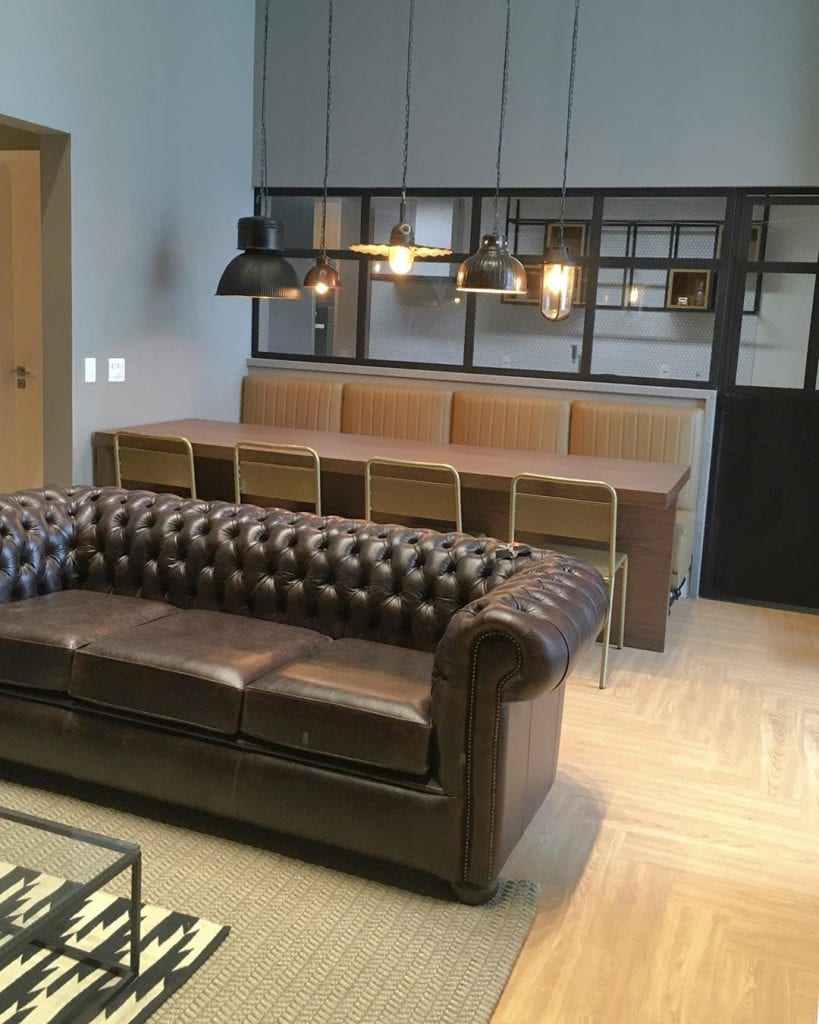 sofa chesterfield de couro marrom em ambiente moderno