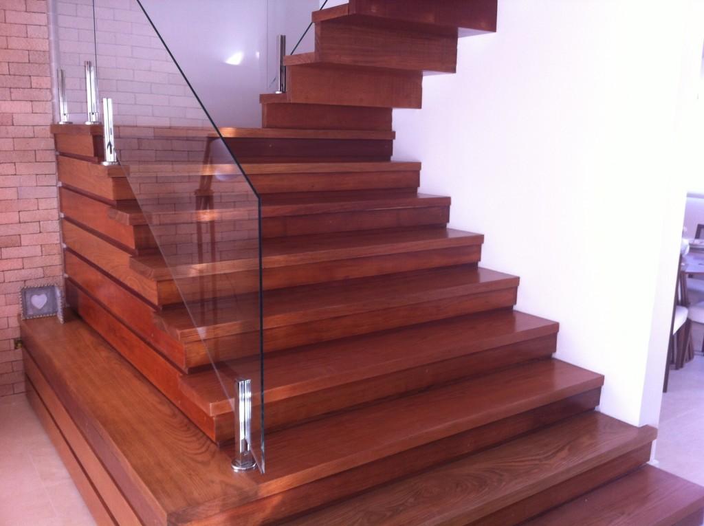 escada de madeira em jatoba