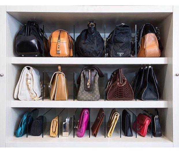 como organizar bolsas em prateleiras