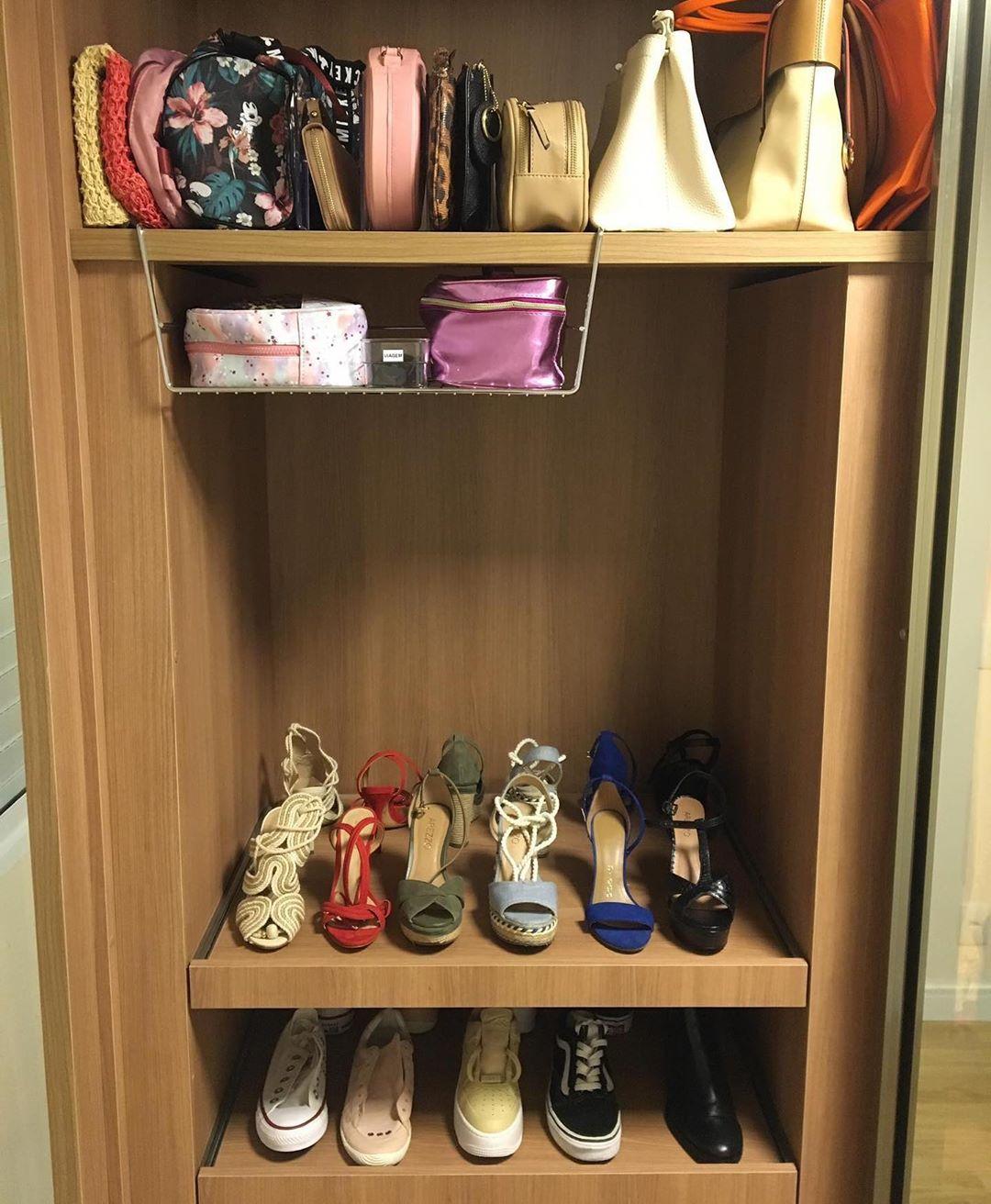 cestos para organizar bolsas no armario