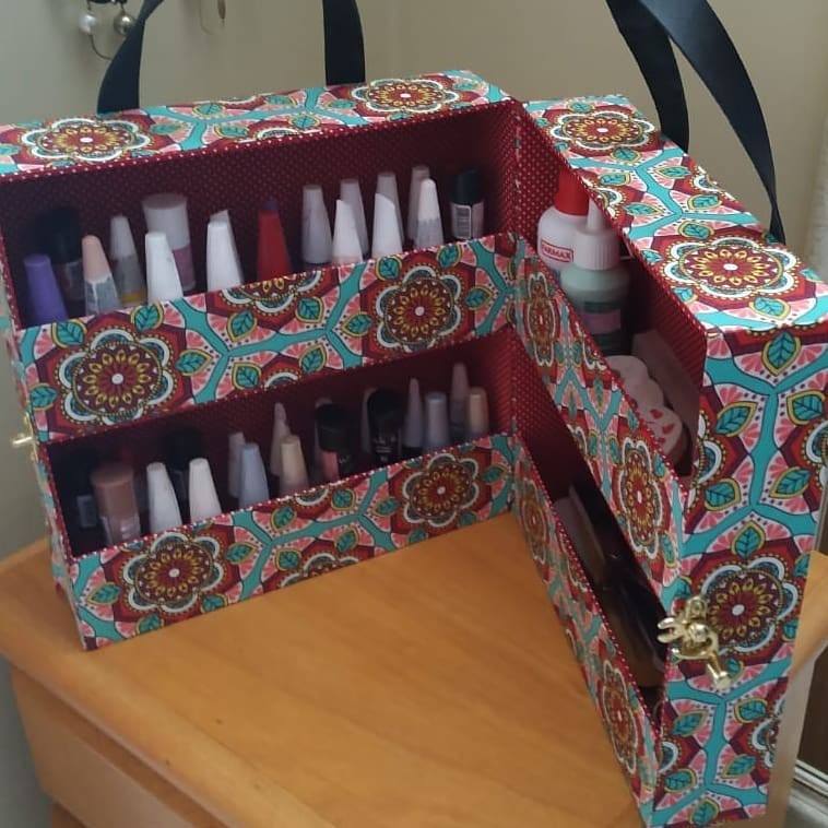 guardar e organizar esmaltes em caixas
