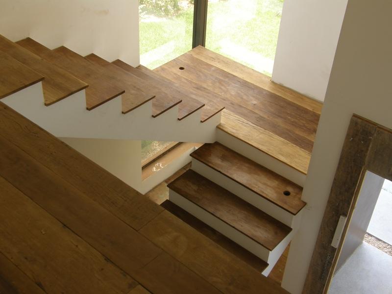 escada de madeira em madeira de demolição