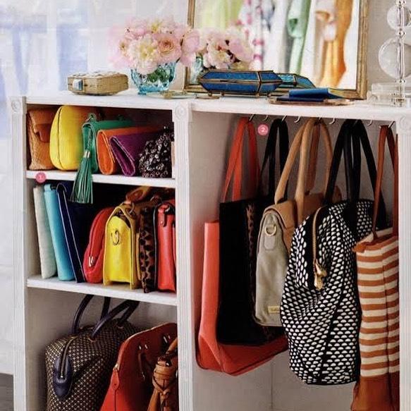 ganchos para organizar bolsas em armario