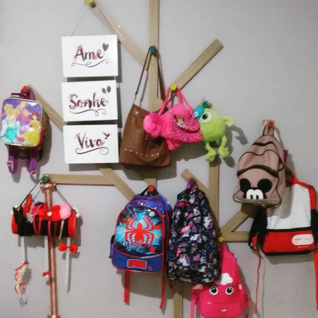 ganchos para organizar bolsas na parede