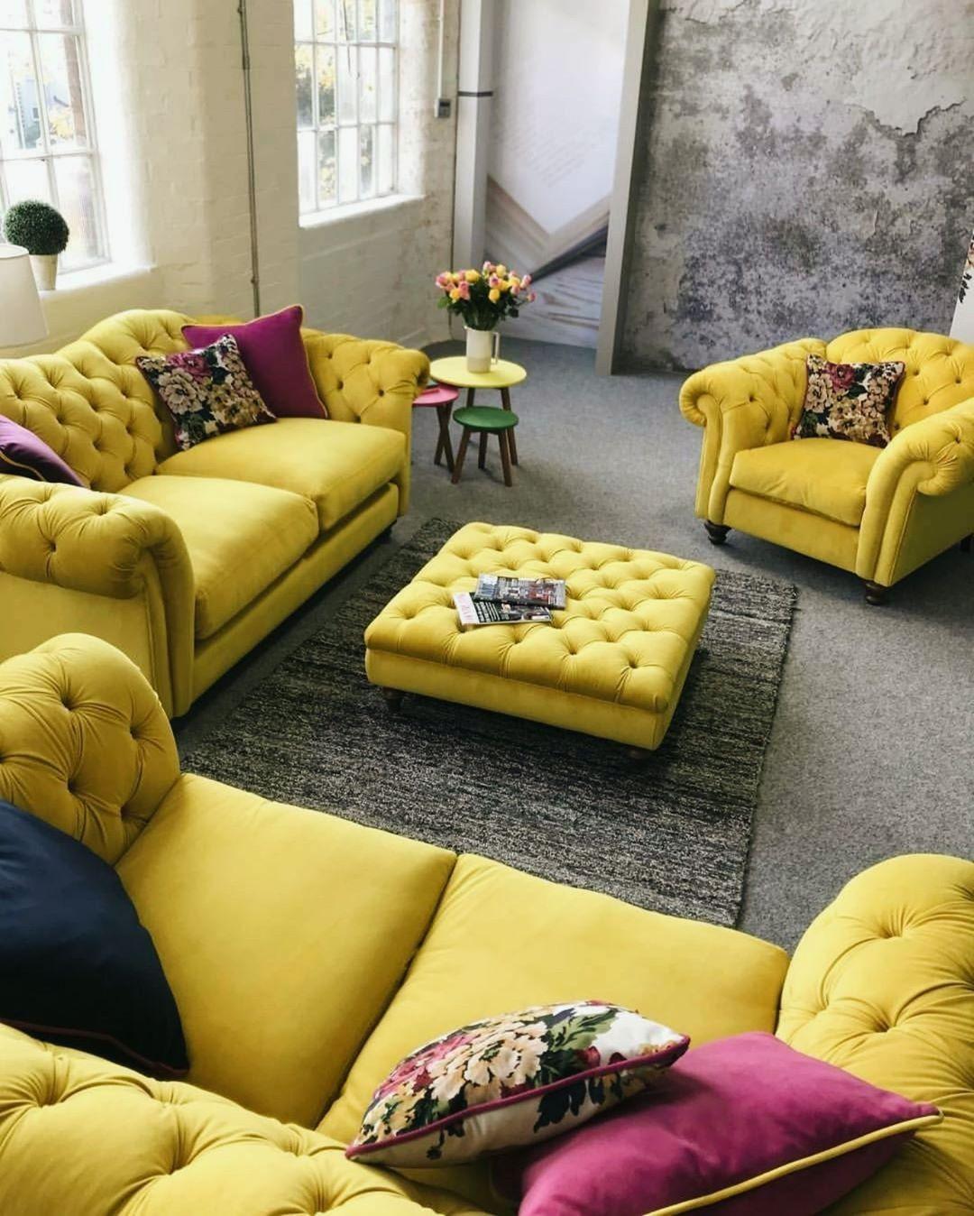 conjunto de sofa chesterfield amaelo na sala