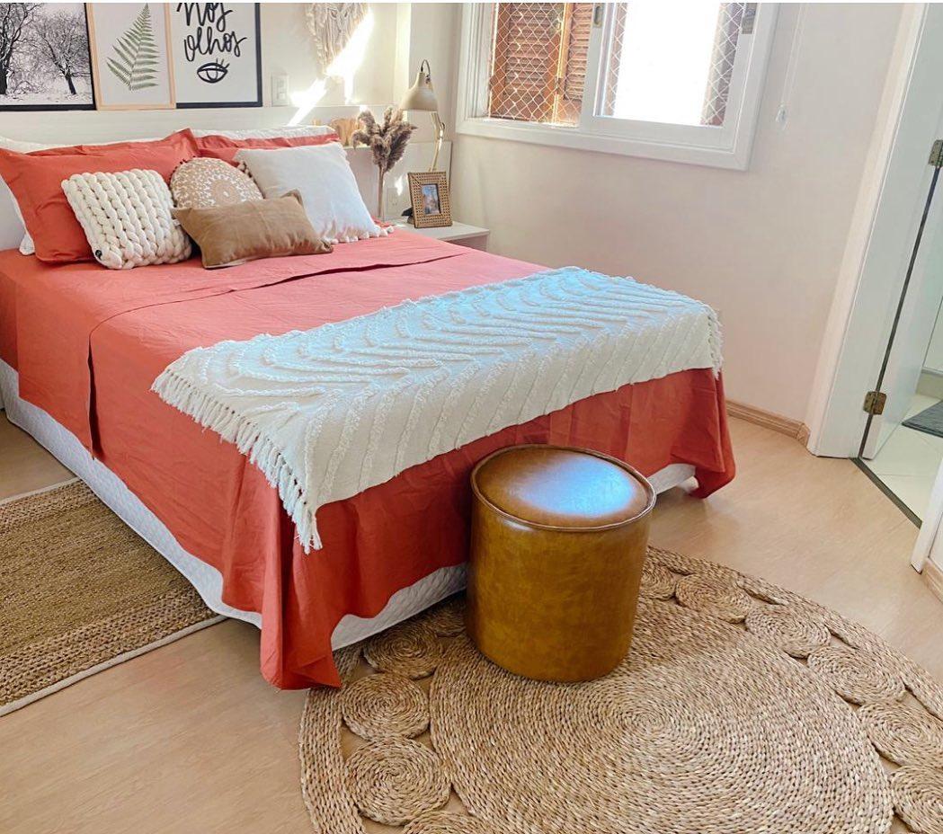 tapete de sisal redondo em quarto de casal