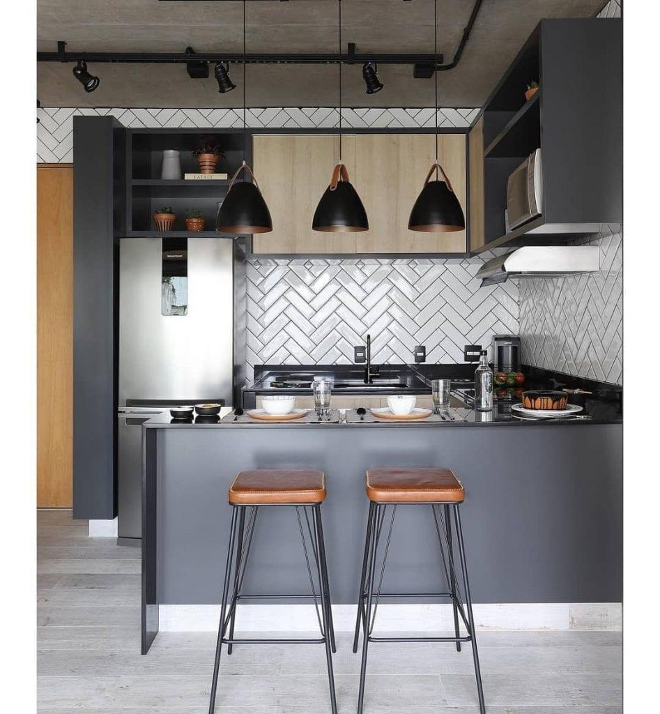 luminaria de trilho preta em cozinha estilo industrial