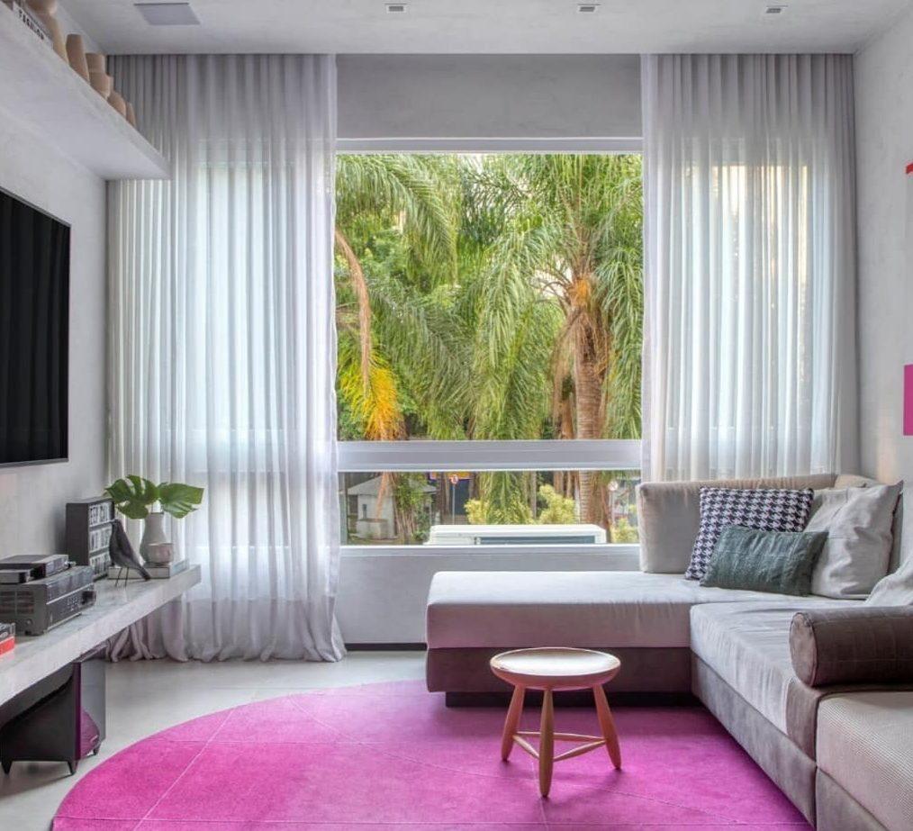 tapete redondo rosa em sala de estar