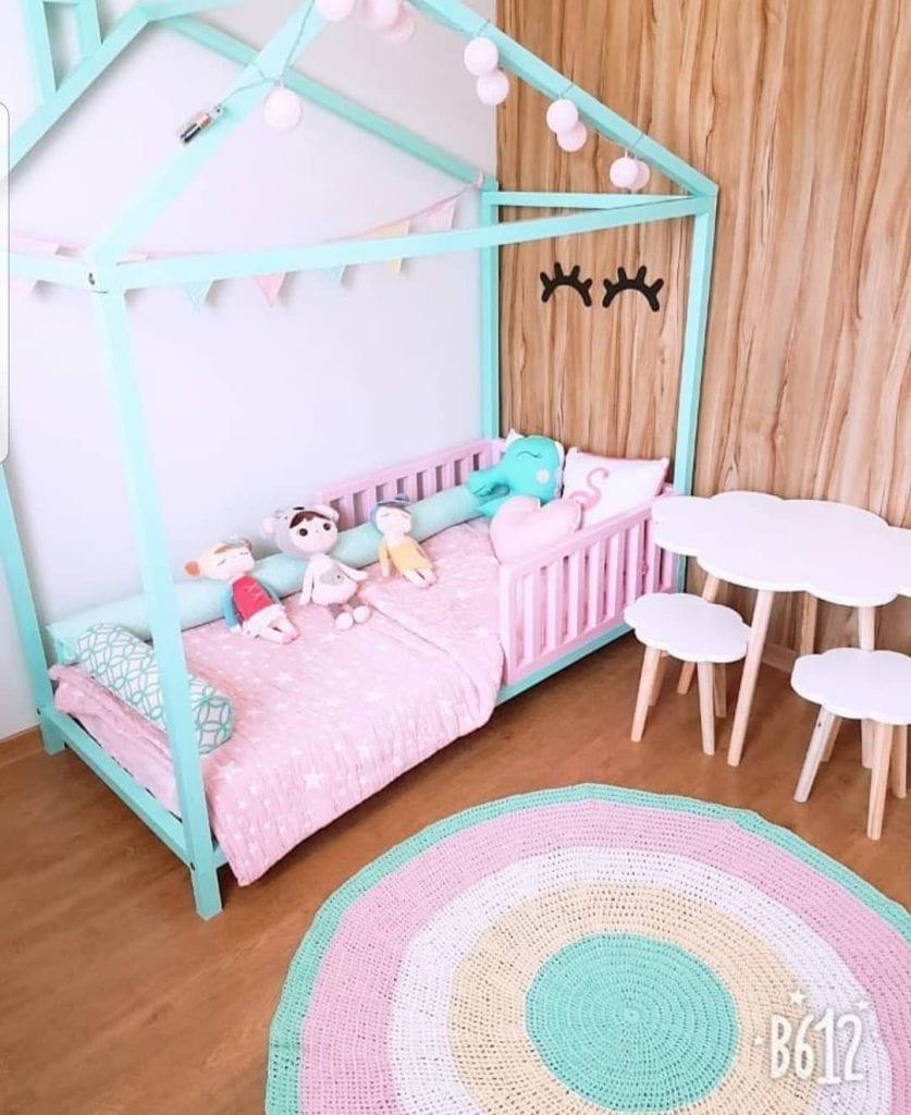 tapete redondo colorido em quarto infantil