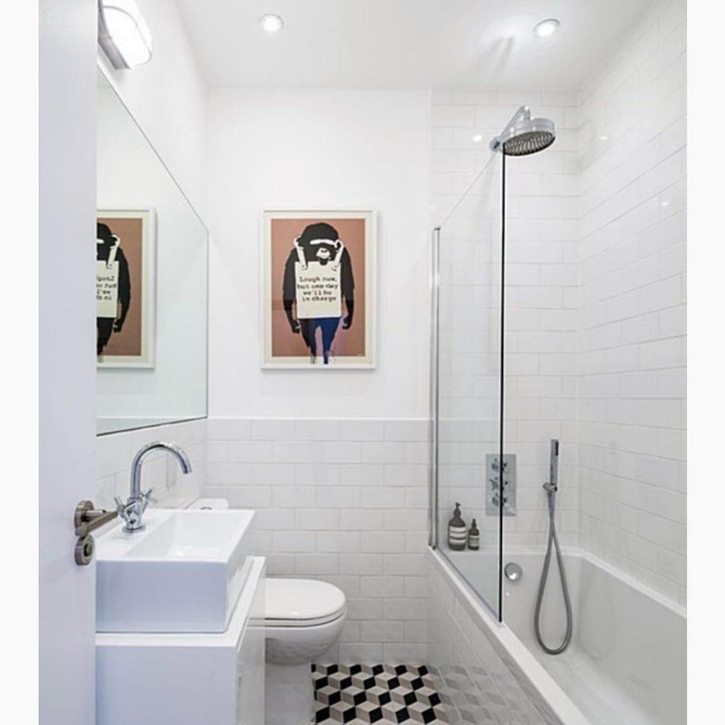 banheiro quadrado com banheira e chuveiro juntos