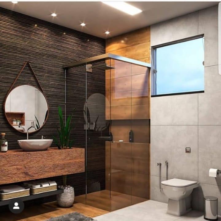 banheiro quadrado moderno em tons escuros e madeira