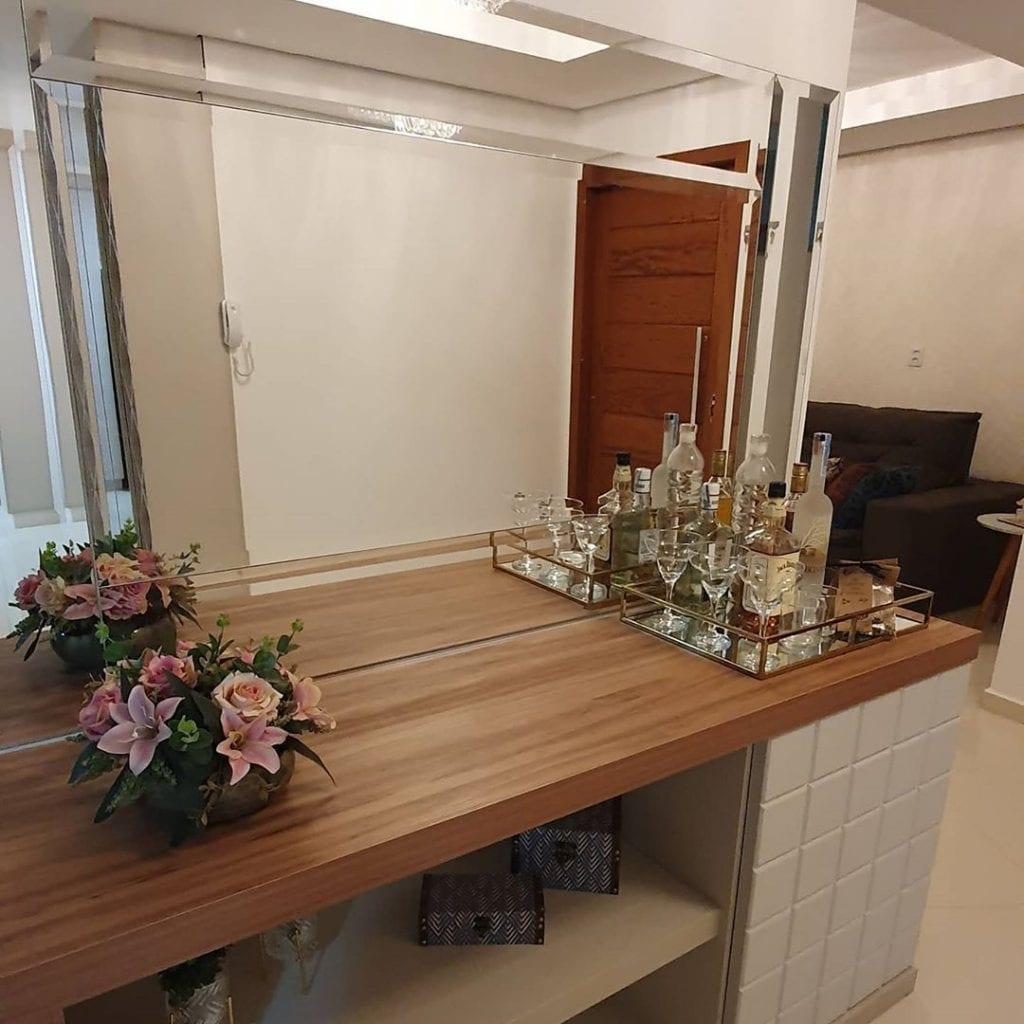 espelho bisotado retangular em hall de entrada