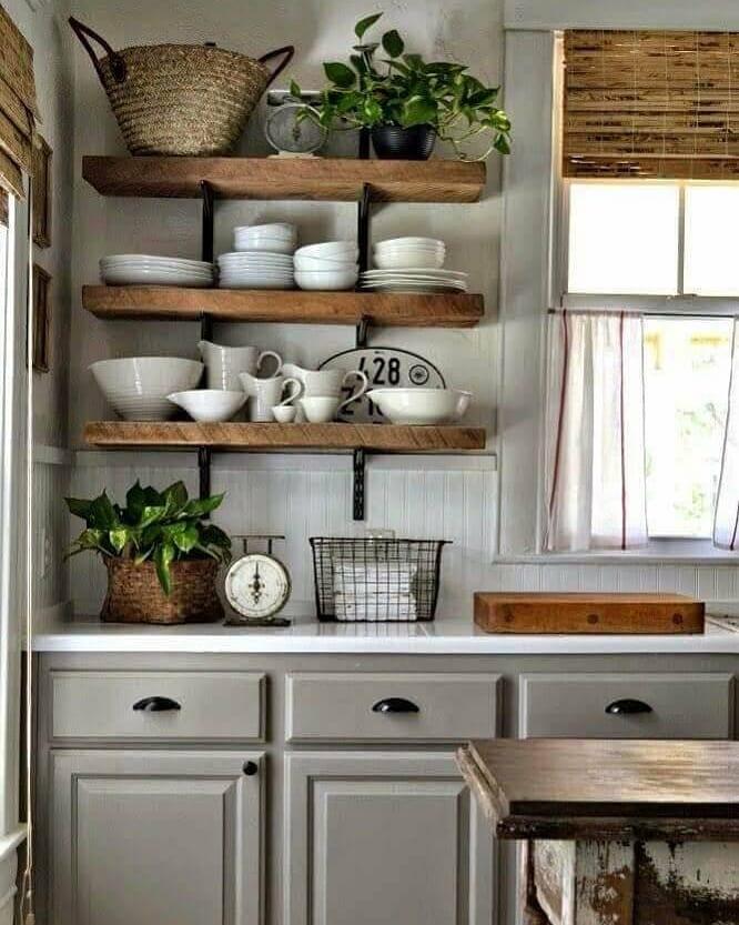 prateleira de madeira rustica na cozinha