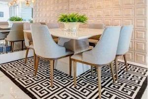 tapete geometrico em sala de jantar clean