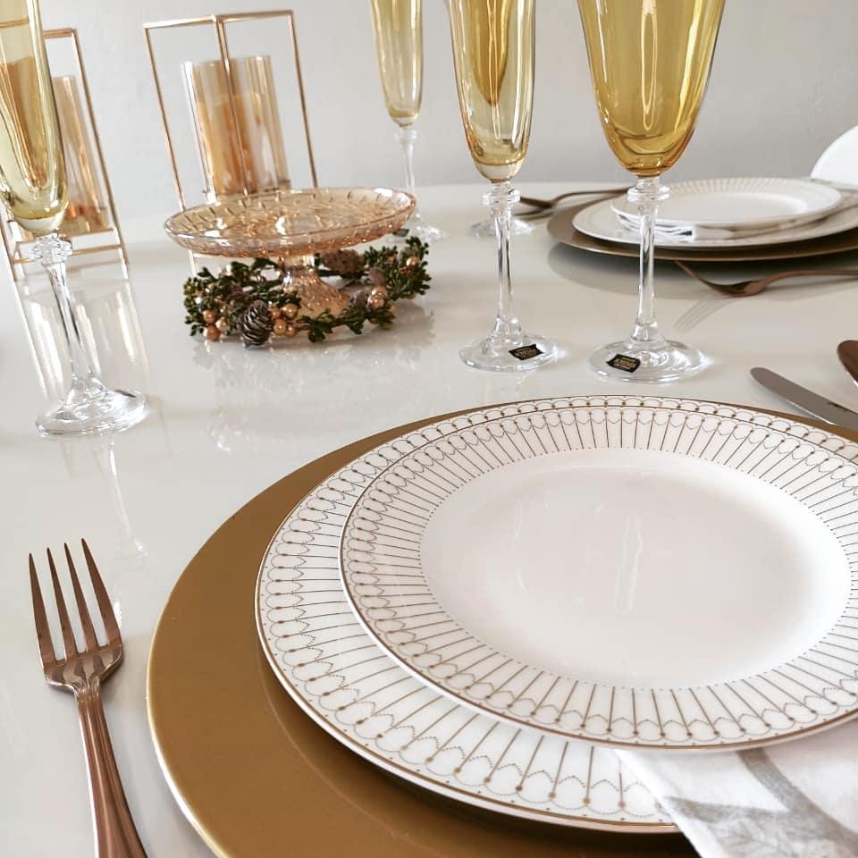 mesa posta em tons de dourado e branco para festas