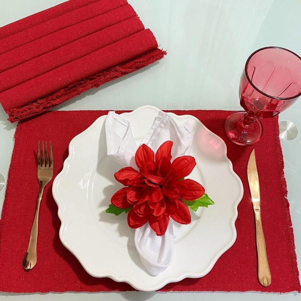mesa posta vermelho e branco