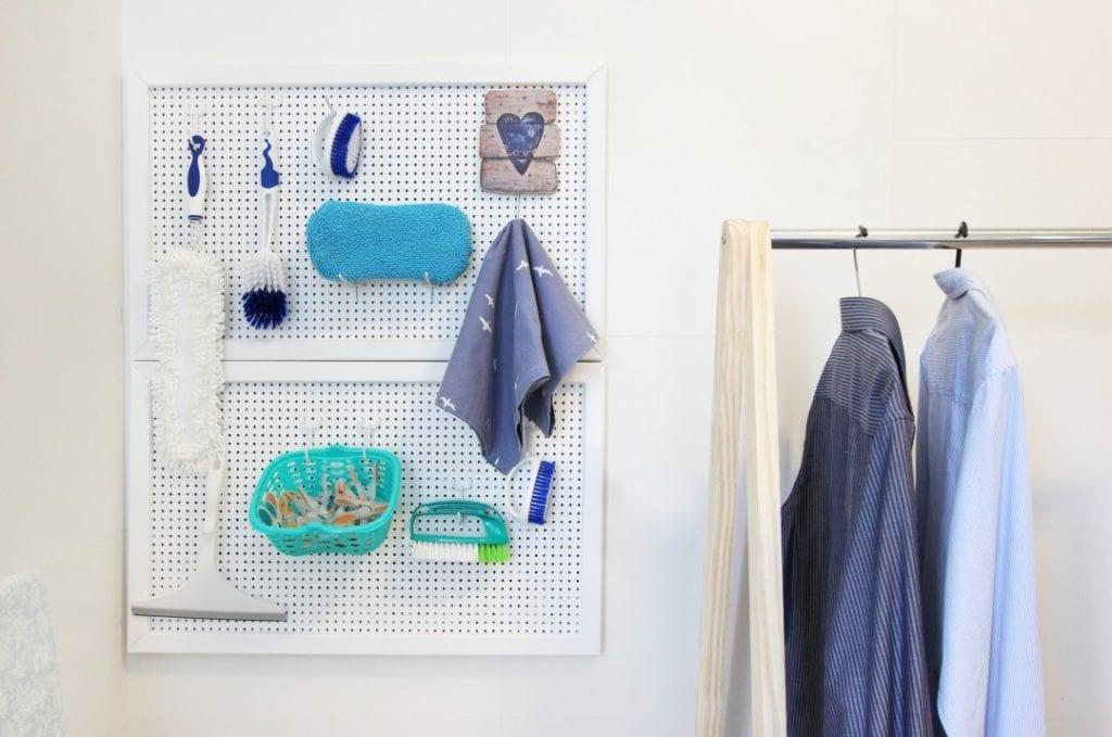 organizar lavanderia com ganchos e pegboard