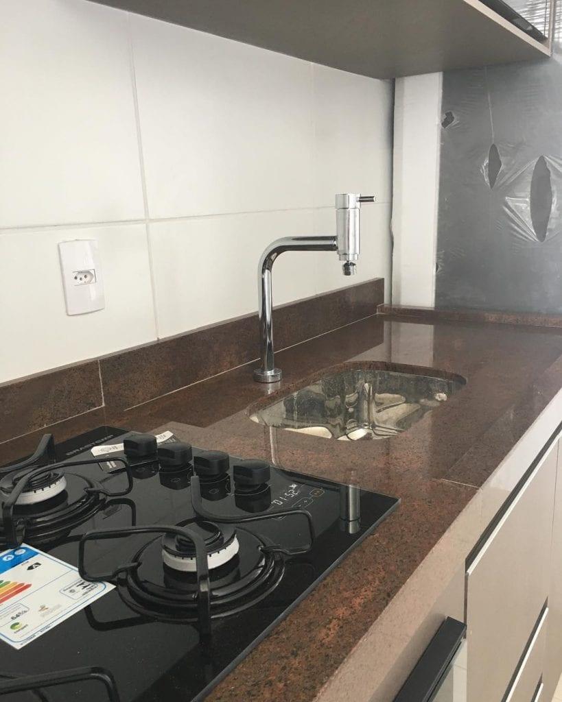 bancada de cozinha em granito marrom tabaco