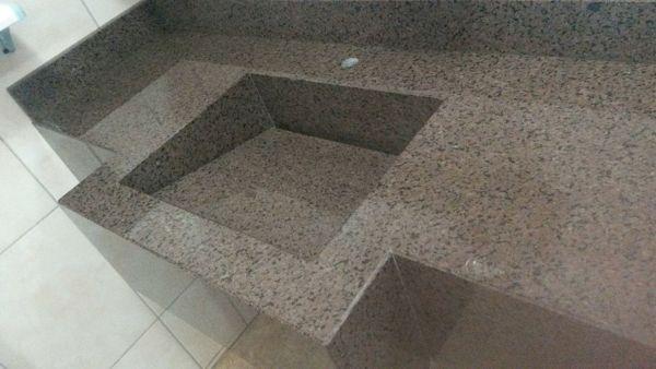 bancada de banheiro em granito marrom guaiba