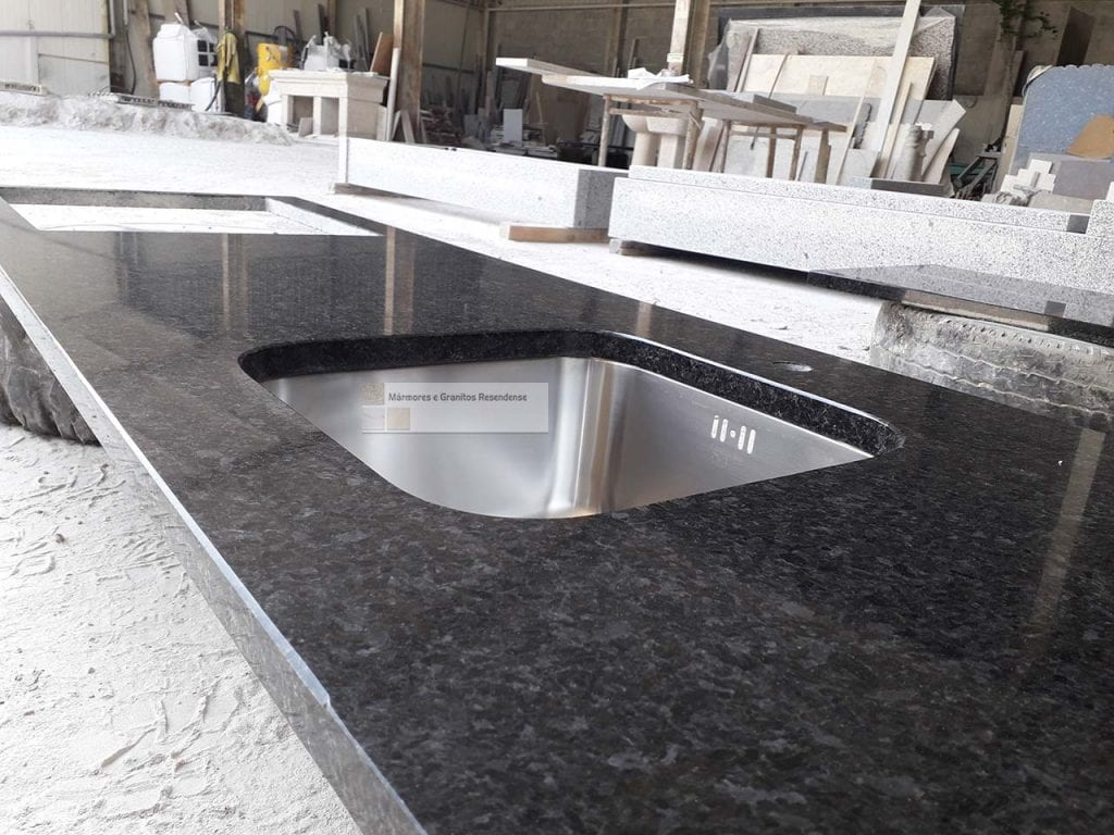 bancada de cozinha em granito preto piracaia